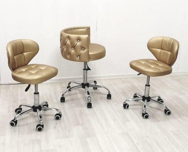Оригинальный стульчик для клиентов.